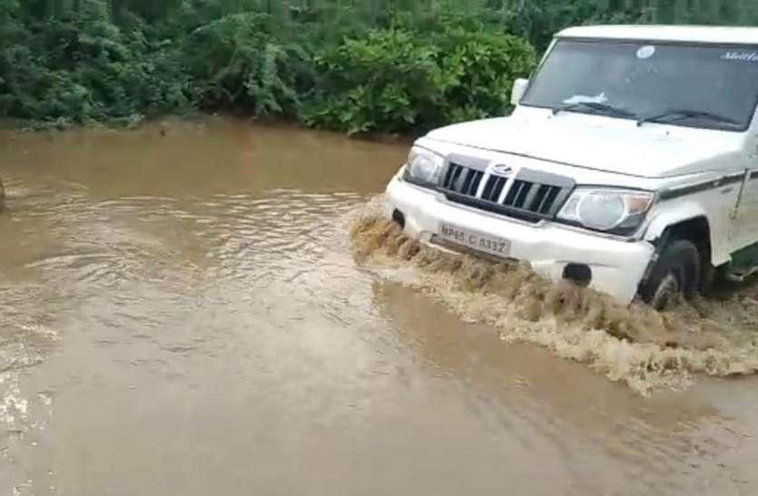 कैचमेंट जोन में बारिश से क्वारी नदी उफनी, डैम ओवरफ्लो, संपर्क बाधित रहा