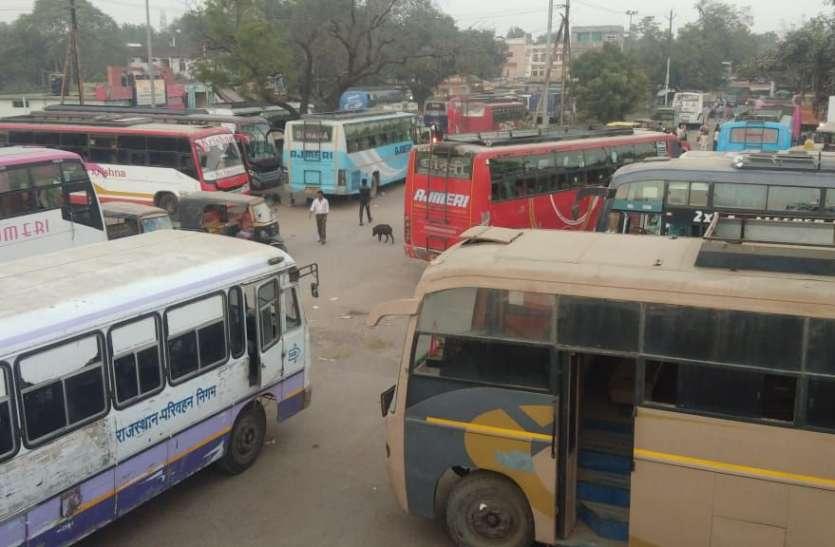 टैक्स छूट की मांग, दिन भर थमे रहे यात्री बसों के पहिए