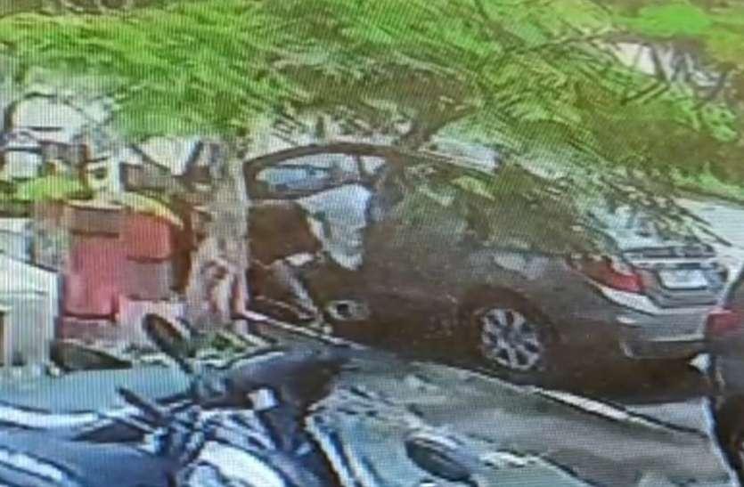 LOOT : प्रेमिका को भगाने के लिए नकली पिस्तौल दिखा कर छात्र ने कार लूटी