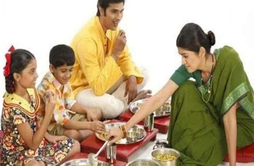 Health Tips : जमीन पर बैठकर भोजन करने से स्वास्थ्य को होते हैं यह अनगिनत फायदे