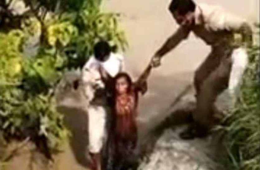 आत्महत्या करने के लिए गर्भवती ने महिला नहर में कूदी, पुलिस ने बचाया