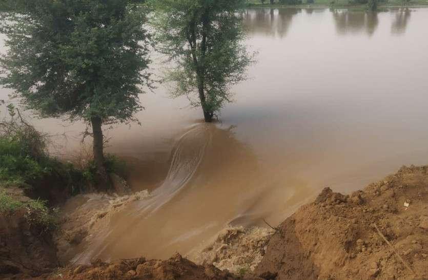 जयपुर सहित कई जगहों पर बारिश, अलवर के हुसैपुर का बांध टूटा, खेतों में पानी भरा