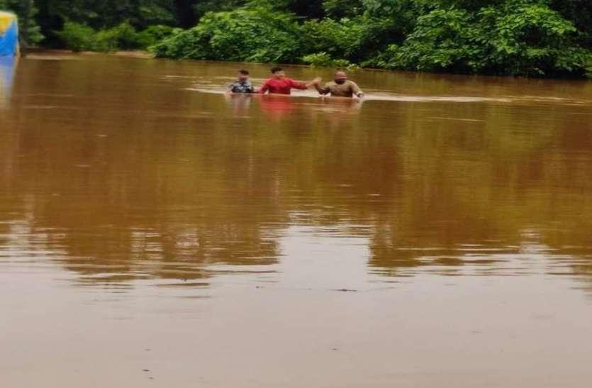 भारी बारिश से कई नदियां उफान पर