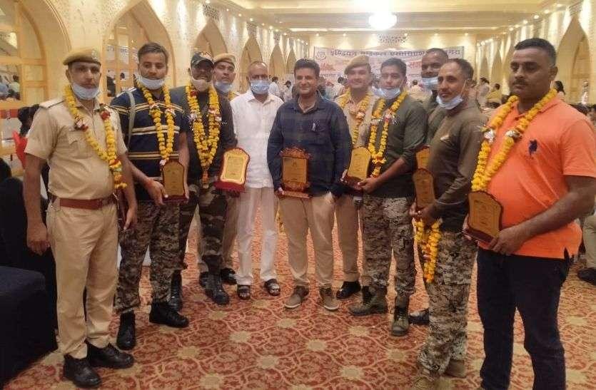 चिकित्सक अपहरण मामले को लेकर धौलपुर पुलिस टीम का आगरा में सम्मान