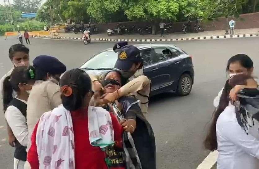 सीएम हाउस के सामने फांसी लगाने लगी महिलाएं, पुलिस और महिलाओं में जमकर हुई धक्का-मुक्की
