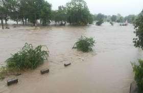 बारिश से शहर में भीषण जल बहाव घरों में घुसा पानी