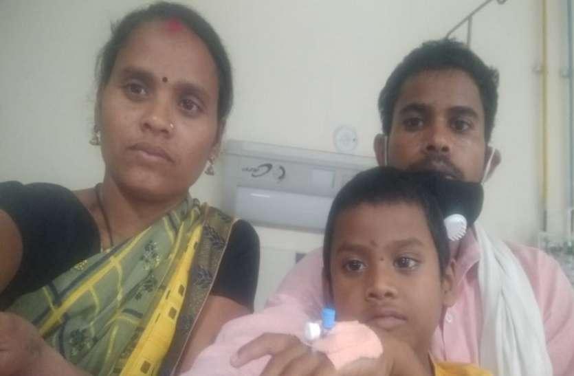 कैंसर पीडि़त बेटे के इलाज के लिए विवश मां ने लगाई मदद की गुहार