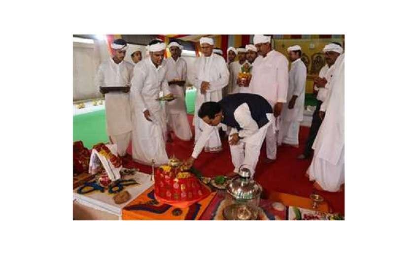 गुरु पूजा करते डॉ नरोत्तम मिश्रा
