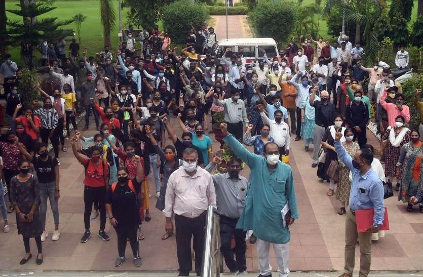 वीएनएसजीयू और निजी विश्वविद्यालय की लड़ाई बीच विद्यार्थी हो रहे है परेशान