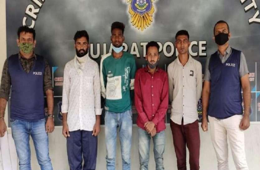 अहमदाबाद शहर व ग्राम्य के ४७ एटीएम में पैसे भरने का था काम