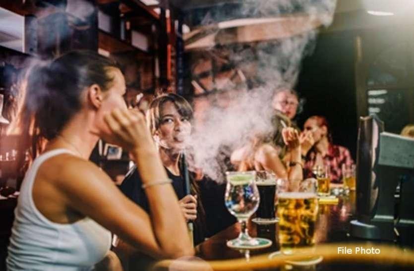 कैफे में पुलिस की रेड : आधी रात शराब  और हुक्का पार्टी करते युवक- युवतियां पकड़ाए