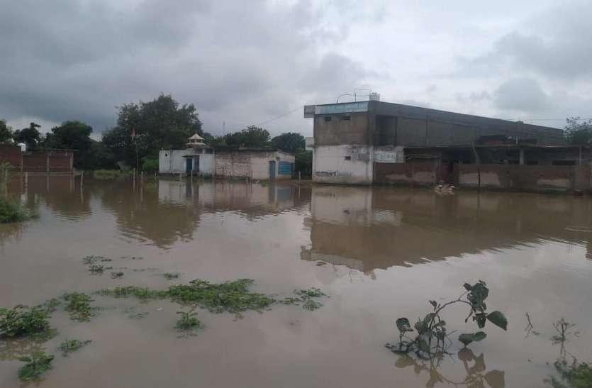 बारिश ने खोली दावों की पोल, बस्तियों में भरा पानी, आवागमन हुआ मुहाल, वीडियों में देखे कैसे आफत में डाली जान