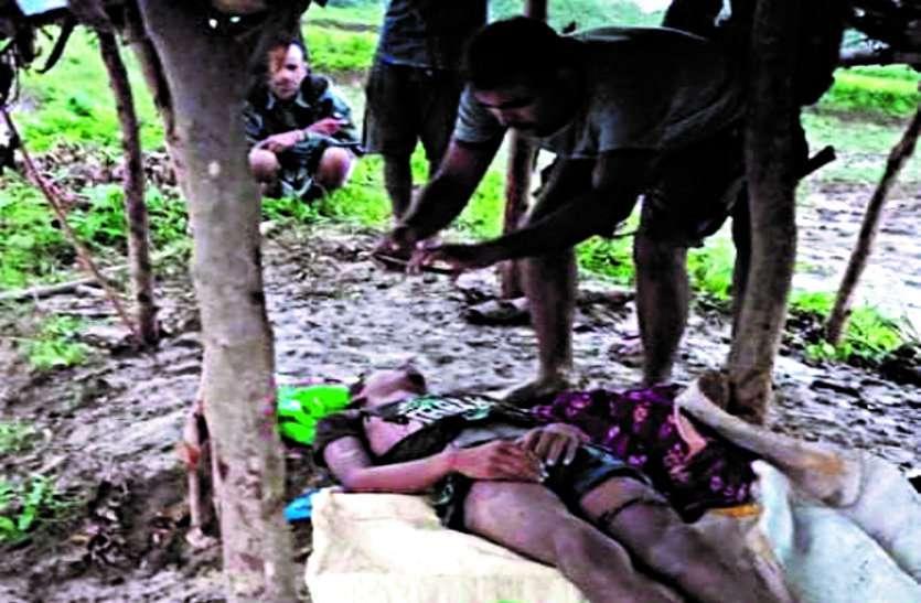 खेत में धान रोपाई करने गए किसान परिवार पर गिरी आकाशीय बिजली, बेटे की मौत, पति-पत्नी सहित तीन घायल