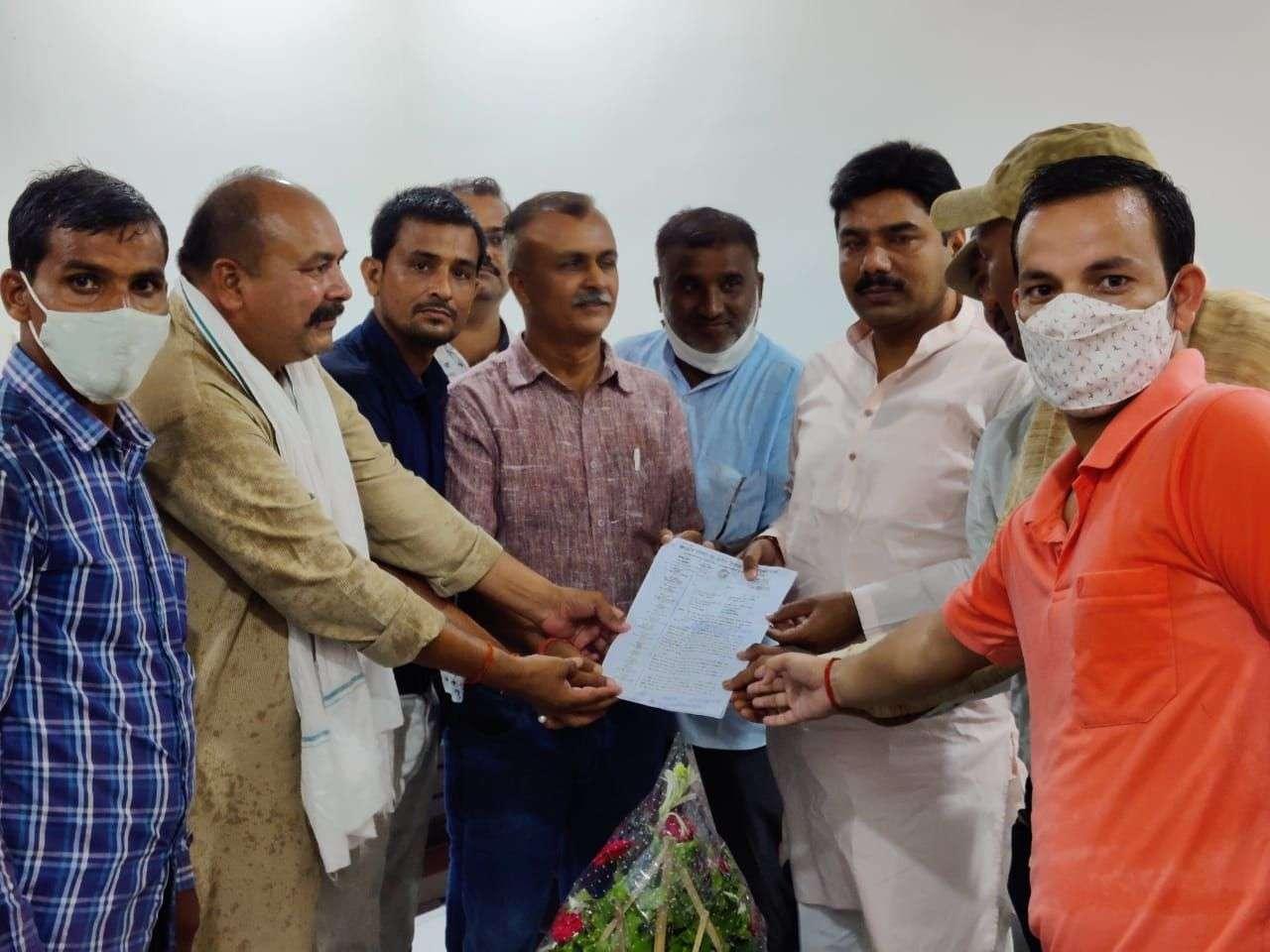 Madhya Pradesh Officer-Employee United Front submitted memorandum to Vis President and MLA