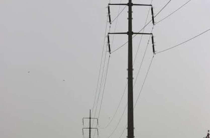 सावधान: बरसात में दुर्घटना का कारण बन सकते हैं बिजली के खंबे
