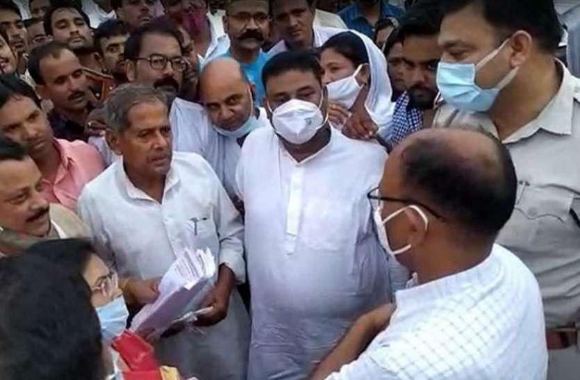 कलेक्टर को कहा निकम्मा, पूर्व मंत्री व कांग्रेस नेता पर एफआइआर