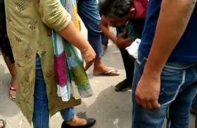 Shamli : युवती से छेड़छाड़ करना पढ़ा भारी, बहादुर बेटी ने बीच सड़क पर की धुनाई, युवक ने पैर पकड़क मांगी माफी