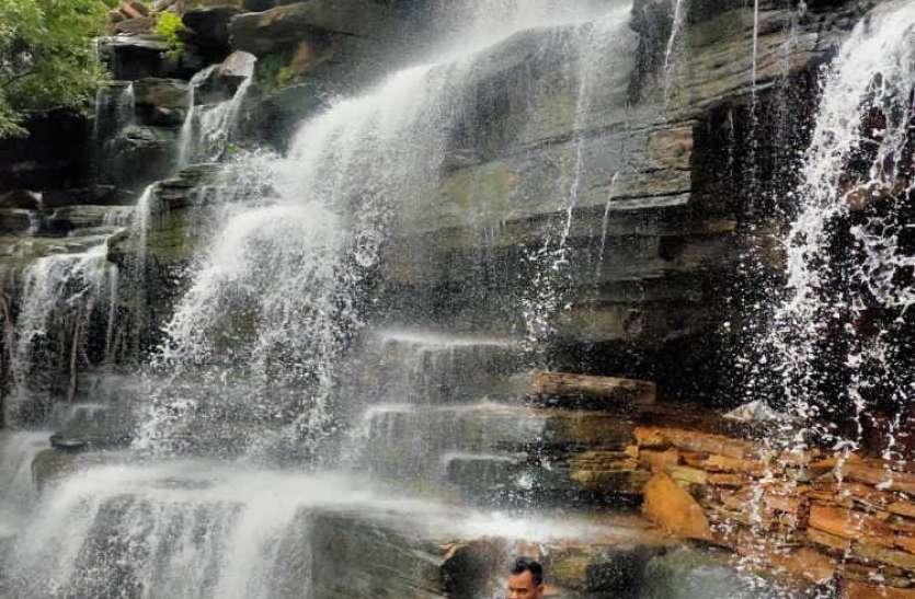 पर्यटकों को लुभाने लगा मृगेंद्रनाथ का वाटरफाल