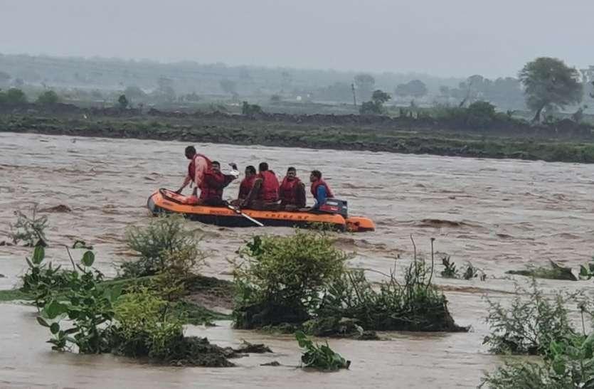 नदी में फंसे 10 चरवाहों को निकाला, 11वें को लेने गई रेस्क्यू टीम की नाव नदी में पलटी