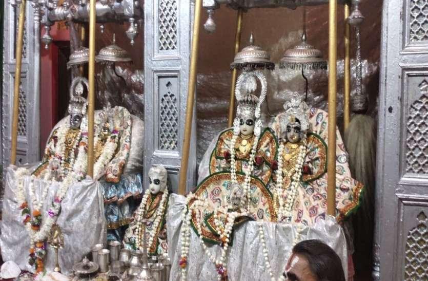Ayodhya : मन्दिरों में झूले पर विराजमान हुए श्री रामलला