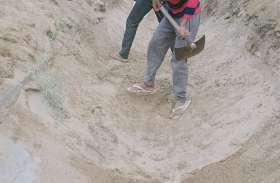 पेयजल के लिए किसानों ने नहर से निकाली मिट्टी