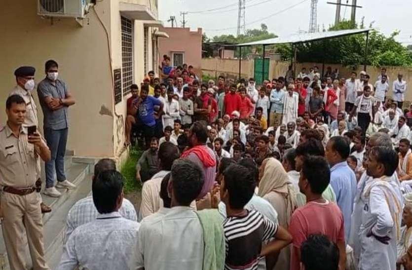सीओ कार्यालय पहुंचकर ग्रामीणों ने किया प्रदर्शन, कांस्टेबल की हत्या के आरोपियों को पकडऩे की मांग