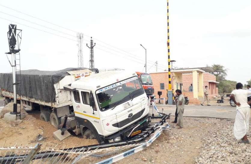 मालगाड़ी के पहुंचने से पहले अनियंत्रित ट्रेलर रेलवे क्रॉसिंग किनारे से टकराया, बड़ा हादसा टला