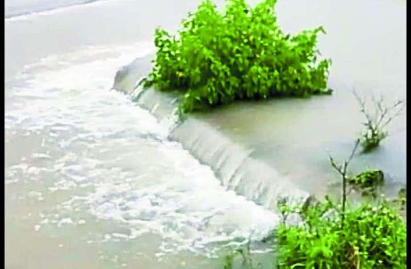 पुरवा नहर ओवरलो, खमरिया तिवरियान गांव में घुसा पानी