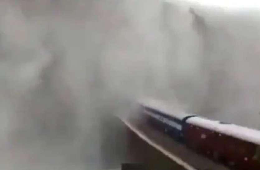 भारी बारिश के चलते गोवा के दूधसागर वाटरफॉल पर रोकी गई ट्रेन, रेलवे ने शेयर किया खूबसूरत नजारे का वीडियो