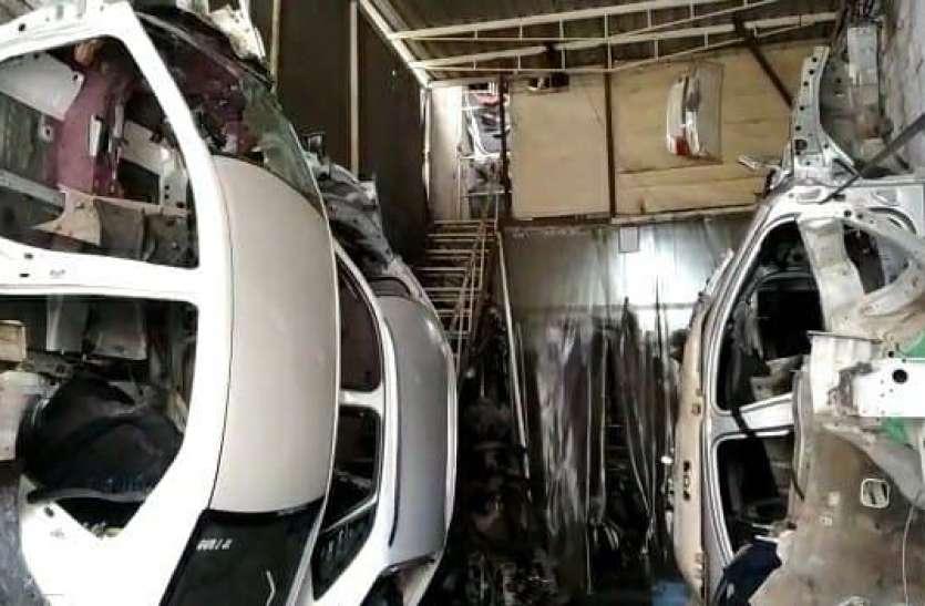 वाहनों के कमेले में स्पेशल-75 टीम का छापा, लग्जरी कारों के करोड़ों के इंजिन और चेसिंस बरामद