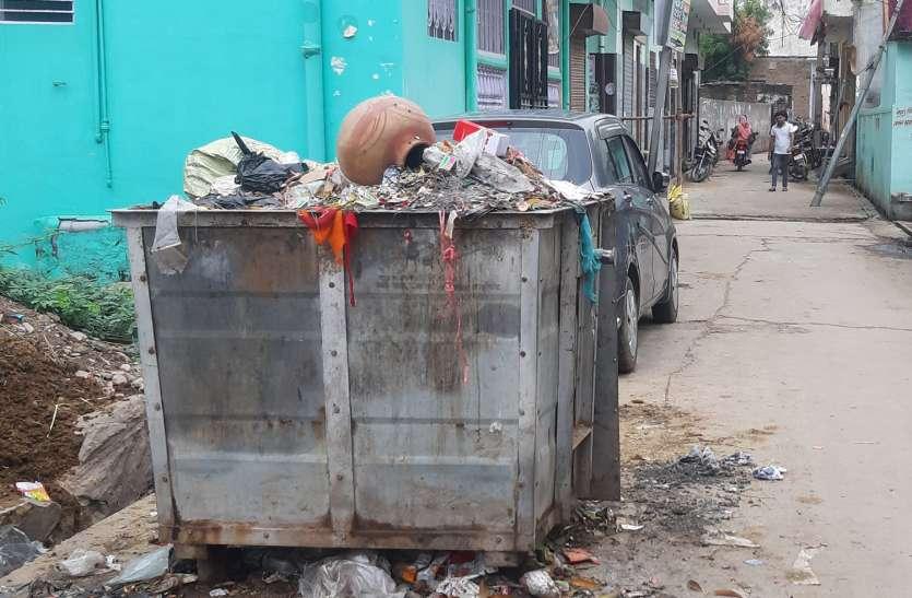 सफाई व्यवस्था बदहाल, कचरा पात्र भी नहीं हो रहे खाली