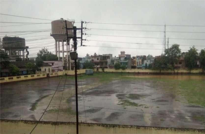 बारिश और वार्ड का पानी भर रहा स्कूल मैदान में, मैदान तालाब में तब्दील