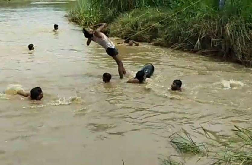 पानी के तेज बहाव में बह गया 13 वर्षीय किशोर, तलाश में लगाए गए 20 गोताखोर