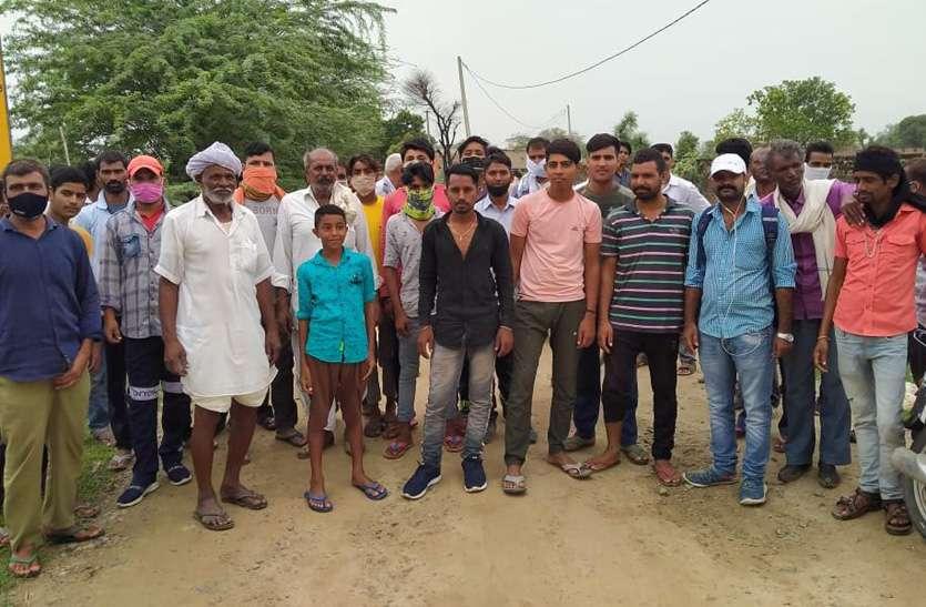 अधूरे सडक़ निर्माण से आवागमन में हो रही है परेशानी, ग्रामीणों ने जाम लगाकर किया प्रदर्शन