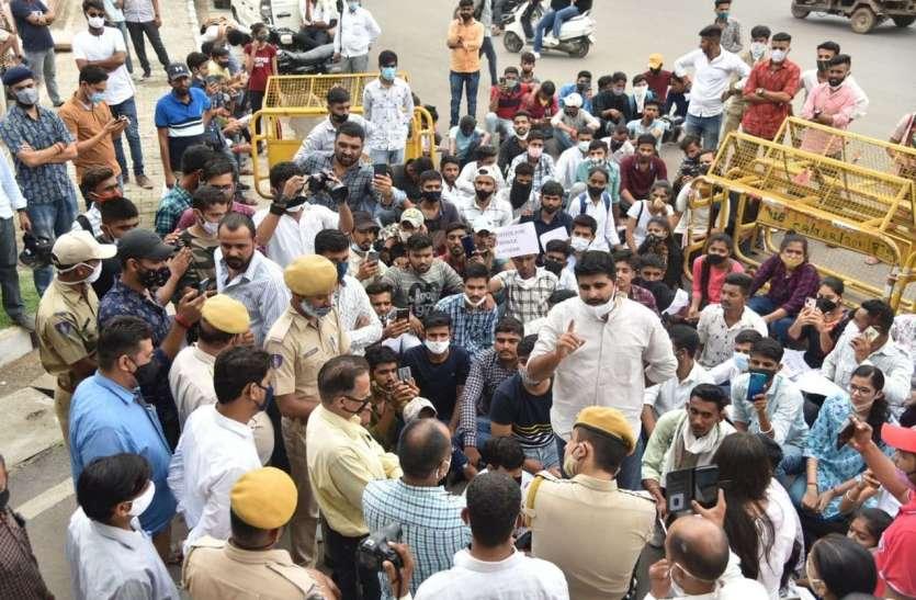 पुलिस छावनी बना जेएनवीयू, छात्र छात्राओं ने गेट के बाहर किया प्रदर्शन