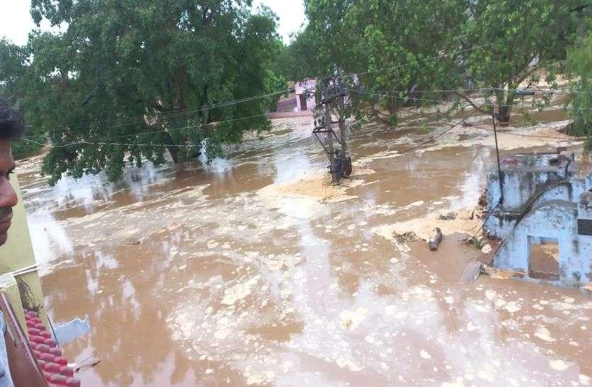 झुंझुनूं के सोहली गांव के 100 घरों में पानी घुसा, चिड़ावा में खेत लबालब
