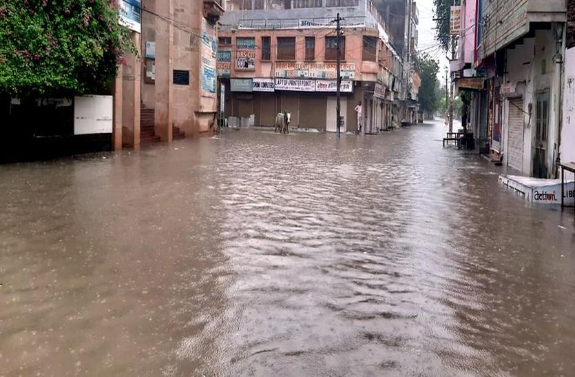 बारिश से हर जगह बन गया पानी का दरिया
