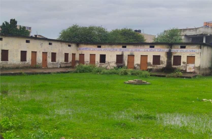 स्कूल शिफ्ट हुए बिना ही जर्जर हो गए कक्ष, वर्षों से पड़े हैं खाली