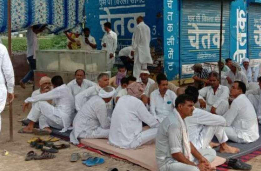 पुलिस-प्रशासन के आश्वासन के बाद ग्रामीणों ने शाम को उठाया शव, किया अंतिम संस्कार