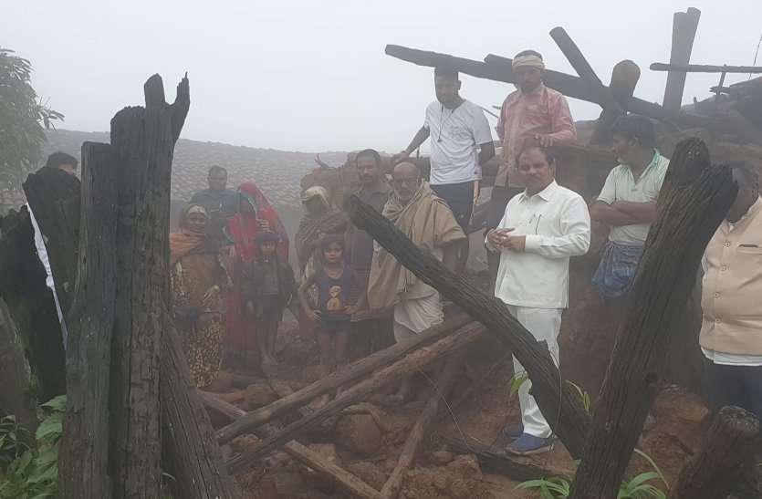 मैनपाट में 10 हाथियों का आतंक, बारिश में उजाड़ा 15 ग्रामीणों का आशियाना, पहुंचे विधायक