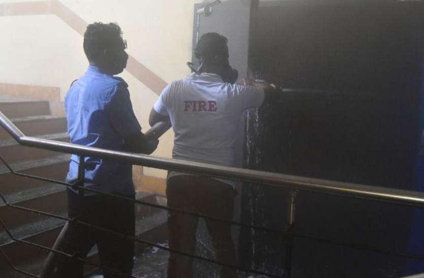 पाइप व जेसीबी के गोदाम में लगी भीषण आग