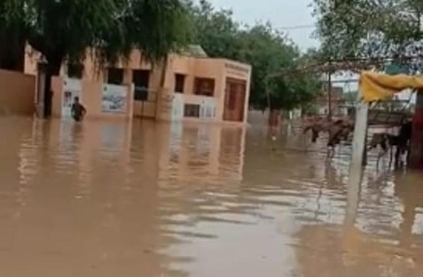 बारिश से घरों में भरा पानी, गलियां लबालब
