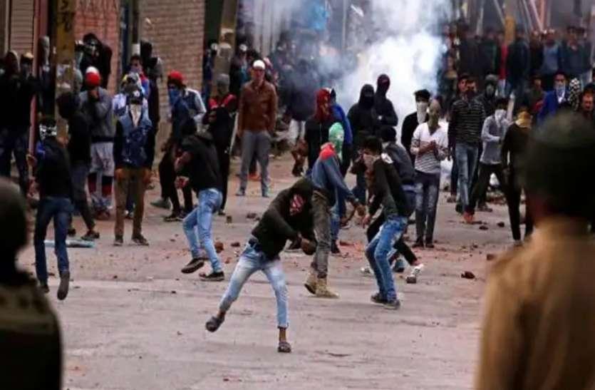 जम्मू-कश्मीर: अब पत्थरबाजों को नहीं मिलेगी सरकारी नौकरी, ना ही विदेश जाने की मंजूरी