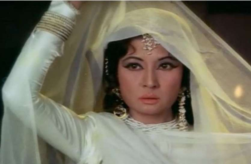 When Meena Kumari wrote her name on the robber's hand with a sharp knife, refused to get out of the car