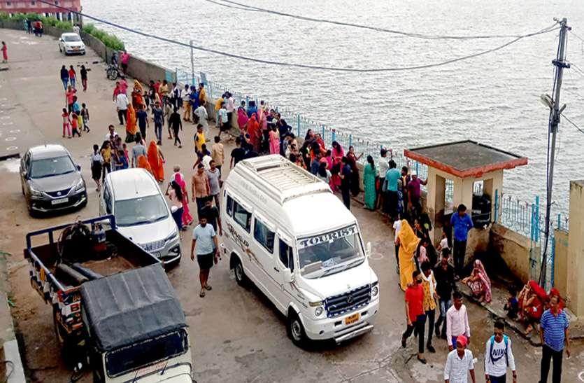 बीसलपुर बांध पर उमड़ी पर्यटकों की भीड़, हादसे को लेकर पुलिस ने खदेड़ा