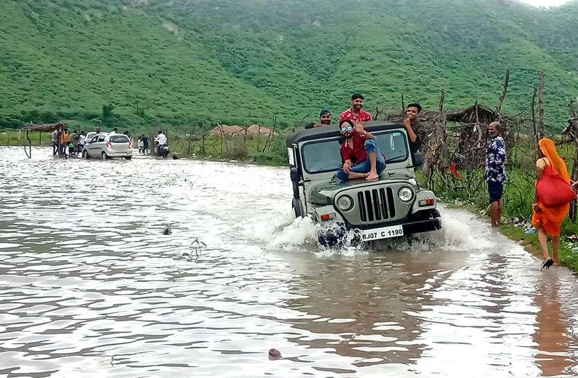 बीसलपुर देवली-टोडारायसिंह मार्ग का आवागमन बंद, जान जोखिम में डाल बनास कर रहे पार