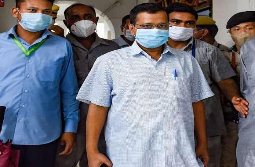 दिल्ली: दलित परिवार से मिलने पहुंचे केजरीवाल का विरोध, भाषण के दौरान मंच से गिरे