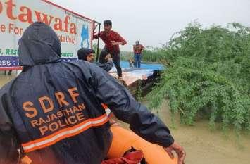 Salute :  श्वानों को बचाने गए तीन जने बाढ़ व मगरमच्छों के बीच पांच घंटे फंसे रहे