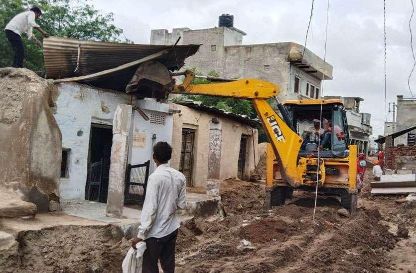 रास्ते में बना लिए मकान, 25 साल बाद अतिक्रमण पर गरजा पीला पंजा
