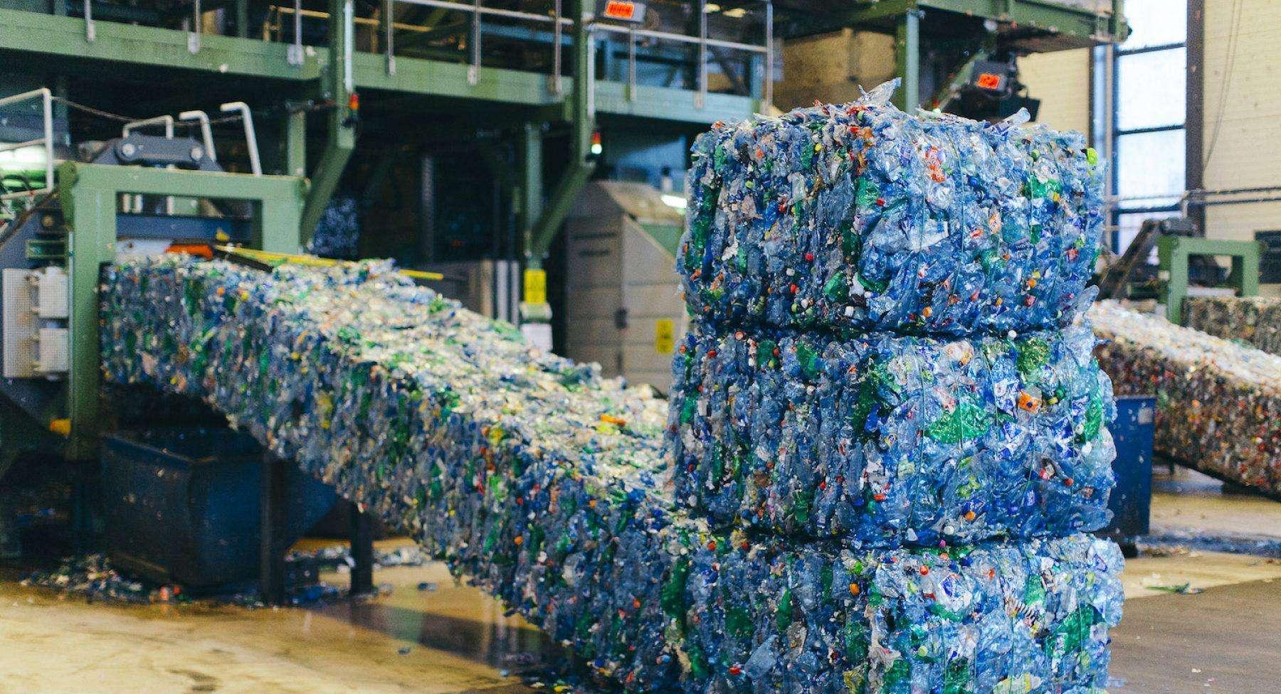 Reliance Industries' New Initiative: पर्यावरण को बचाने के लिए 500 करोड़ प्लास्टिक बोतलों को करेगी रिसाइकिल